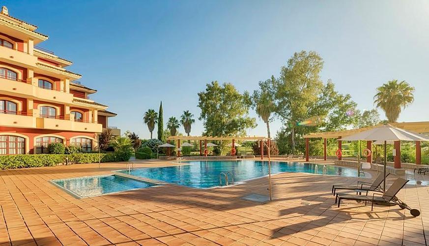 Hotel ilunion golf badajoz badajoz for Hoteles en badajoz con piscina
